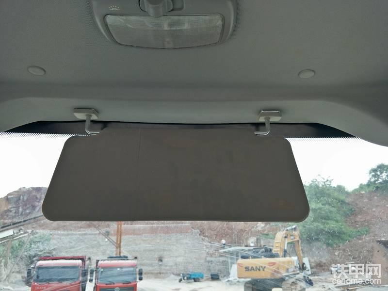 驾驶室宽敞明亮,但这么小的遮阳板真心没用。要是改成柳工856那种下拉式的就好。