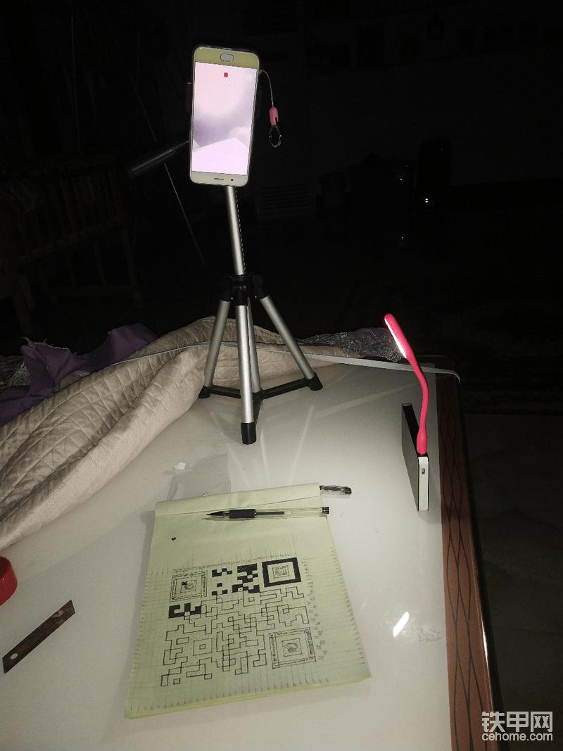 半夜停电使用充电宝加上手机照亮继续创作,