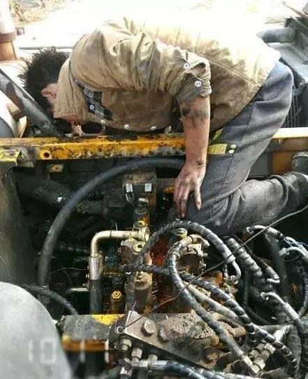 请尊重下我们的挖机维修工,大家都不容易每个人都想过好生活