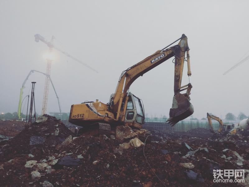 开挖桩头时,土质欠好,混凝土车进不来,都是用挖机打垫层。这台是512E很少见