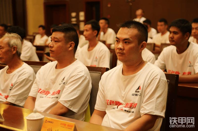 受捐人 左边周南京 军烈家属 右边是曾关锦退伍军人