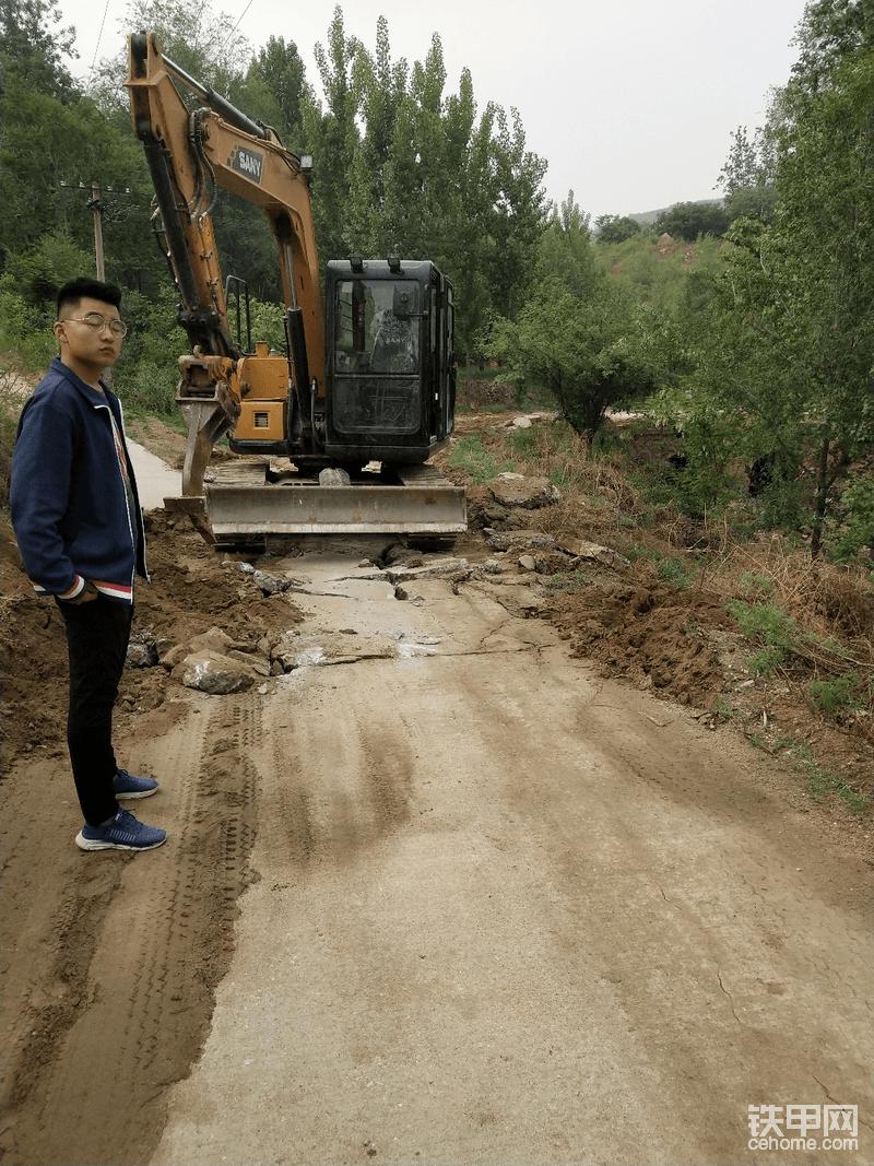 单勾作业,创造更高效益。这个活儿是我包的水泥路面翻修,需要将原有路面破碎清理,我为什么选择当个作业,因为他比破碎锤的效益高有更好的收益。