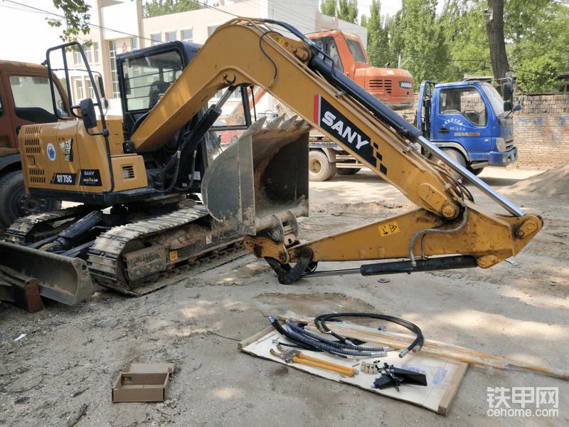 说到更多赚钱思路,那破碎锤也是不可缺少的,在养车过程用相信大家都多多少少碰到过需要破碎锤的出场,而且有时在施工时是不可缺少的步骤。比如在水泥地面上挖坑…等等工况。犹豫施工需求我需要将这台75安装破碎锤,所以购买了一套锤管。
