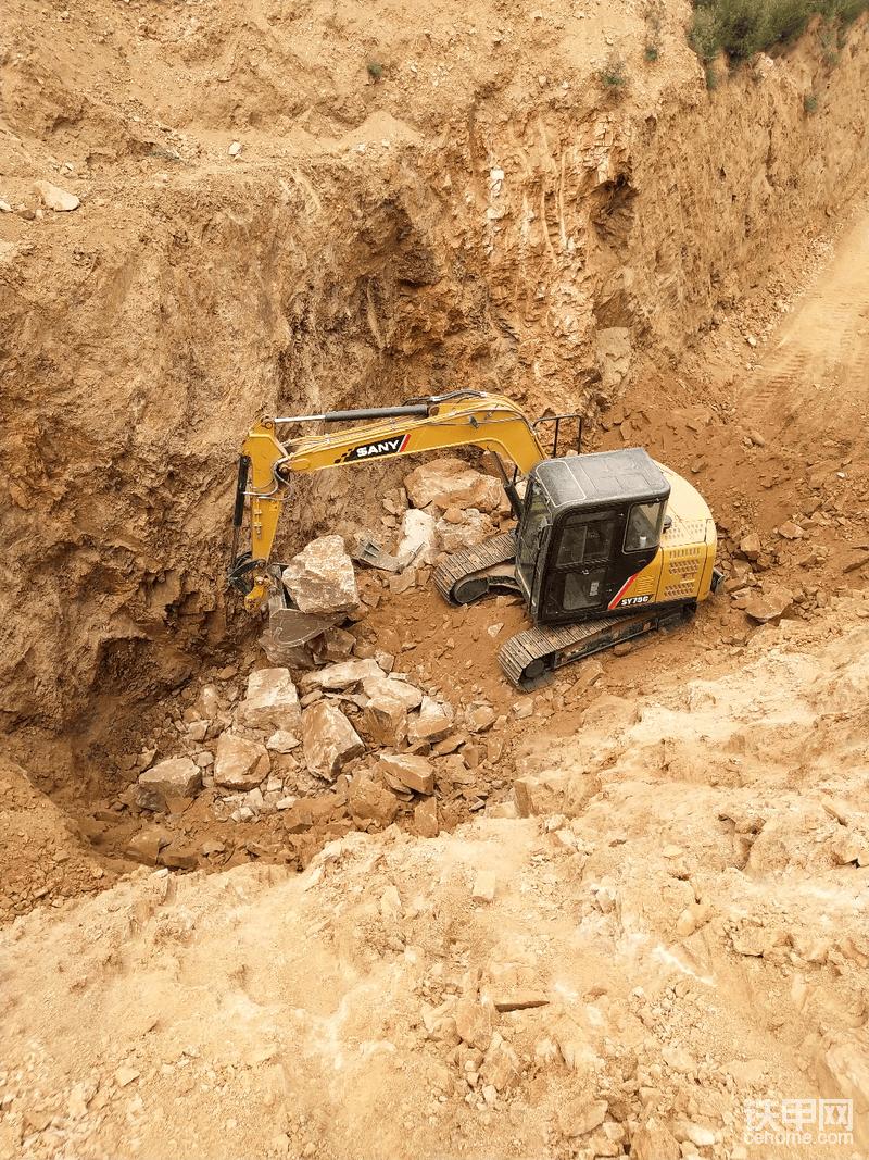 75C石方作业力度也可以够用,完全可以胜任,图中所显示的工况是开采天然彩砂原矿石(加工后就是彩色的沙子)