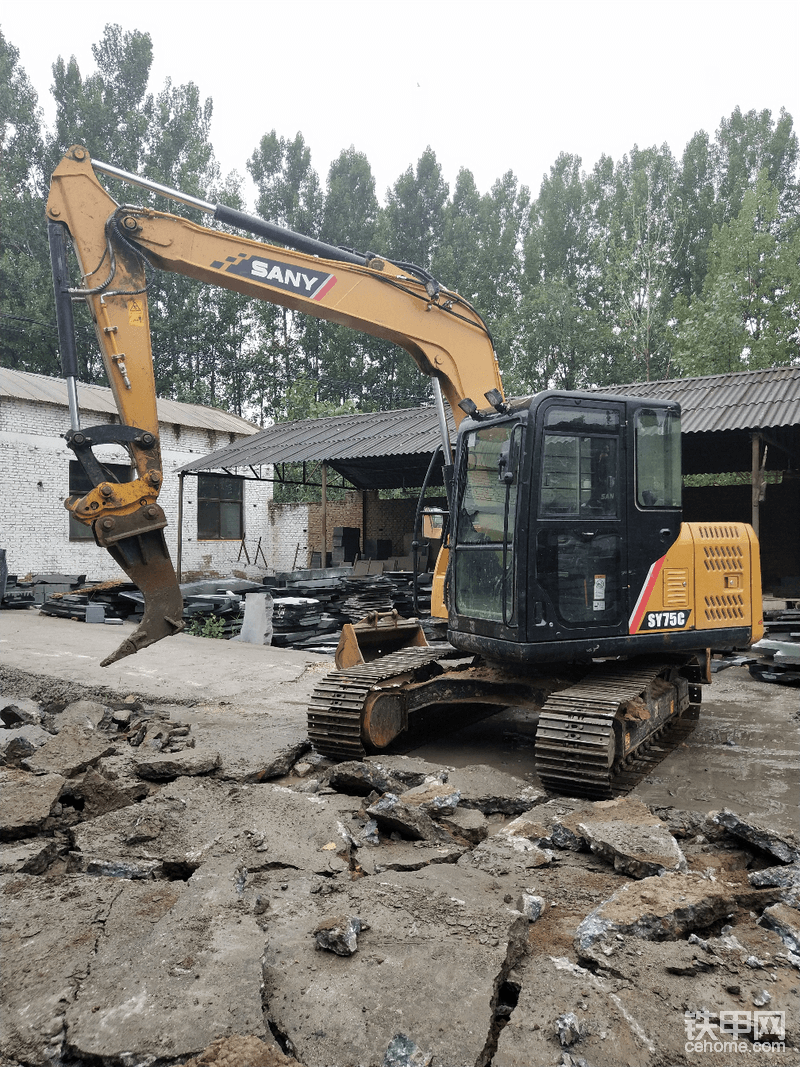 在狭窄空间施工机位不能占到理想位置,办法总比困难多。配上快速连接器,想怎么挖就怎么挖。而且施工方都乐开了花。