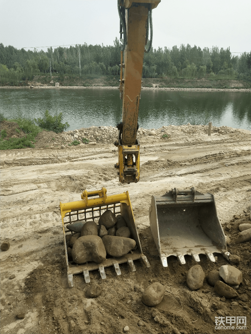 前几天我们好多台挖机在景区干活,景区需要鹅卵石搞造型,让我用挖机捡鹅卵石,问了一下施工方鹅卵石需要的量大不大,说暂时用量不大过几天要用很多,让我先捡十五六立方就可以了。所以直接将我之前做的网格斗请到现场。本来仨小时的活一个小时让我干完了。