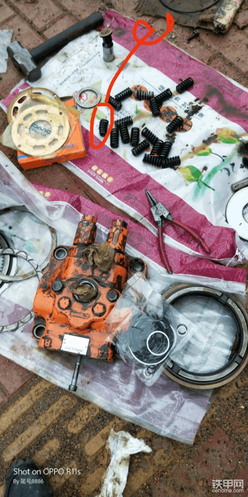 打开马达盖子发现里面的刹车弹簧有一根倒在边上已经磨到泵胆边缘,画红圈的看的出来弹簧明显变了形,最后安装的时候少装了一根弹簧,修理工说不影响使用效果,好吧,只能这样,当时也没买,周边也买不到。