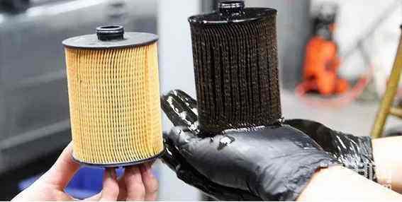 3、假防冻液不防冻还腐蚀发动机  防冻冷却液除了除了需要具备防冻的特性之外,一般还具备防沸腾、防腐蚀以及防垢的特性。而假冒的防冻冷却液一般由低沸点的醇类勾兑而成,这类假冒产品虽然具备防冻的功能,但是沸点非常的低,容易造成水箱开锅。还有用工业盐和卤水勾兑的防冻液,对发动机冷却系统的腐蚀非常的大。