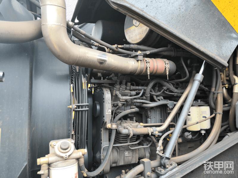 这款发动机改变了以往我对康明斯发动机的看法,以前接触康明斯发动觉得娇气,虽然缸径小但是也不省油。但是这款9.3升发动机的节油率真的超乎我们自己的想象,横向对比5吨装载机9.5升油耗,这款发动机煤作业的时候10.5到11升之间,铁矿粉作业16升到17升之间,作业效率却是5吨车的两倍。