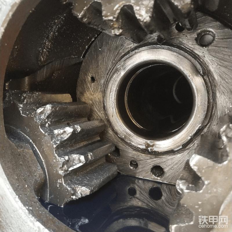 把轮边盖拆下来一看,傻眼了,这哪里仅仅是漏油?整个轮边齿轮都打烂了,铁屑非常多。此时才明白轮边盖其实是被行星轴顶破的,但也奇怪了,驾驶员并没有反应说开起来有什么不适或者不对劲,平时有什么问题,他们都是很及时的向我反应情况的。 中间轴头大螺母也磨损了很多,轴头丝牙都有损伤,这不是突然发生的,而是有几天了,可是上个月修主传动的时候,2个轮边都还完好,没发现齿轮油有铁屑呀!