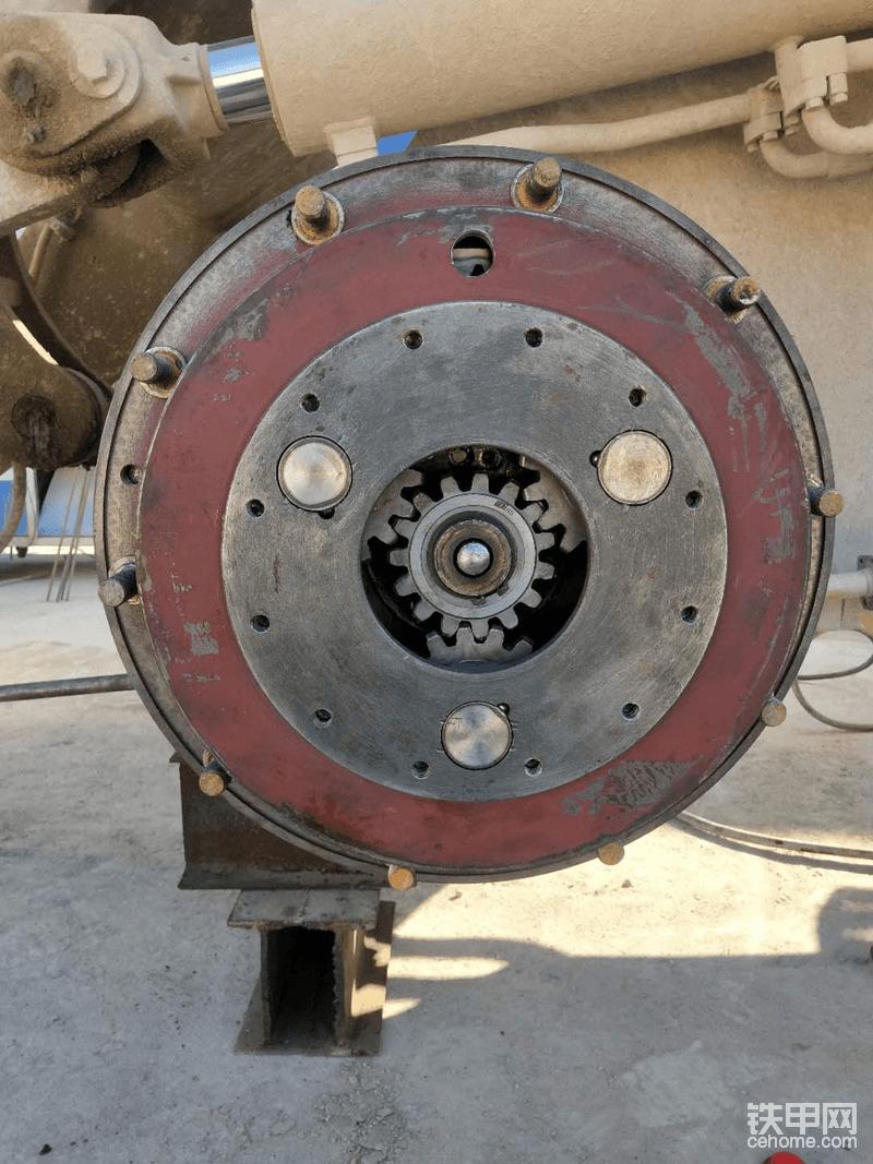 这是去年12月份在贵州工地修的,当时是原车第一次坏轮边,因为行星架也烂了,所以就换了行星架总成和内齿圈,等于整个轮边都是新的。