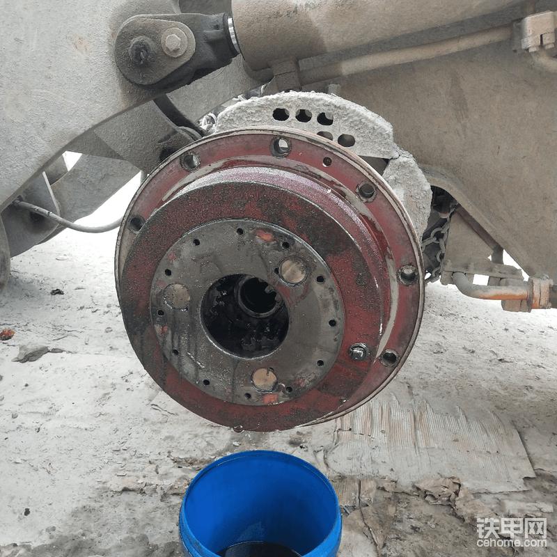 轮胎螺丝外面一端是36的套筒拆卸,里面一端是34的套筒拆卸,如果轮边卡死转不动,那就只能用34的梅花扳手拆了。