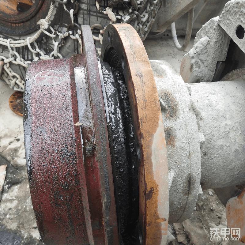 提前放一只空桶在下面,因为轮边里面还有齿轮油的,用扁撬棍把行星架撬出来,好多的铁屑啊!然后抱下来。
