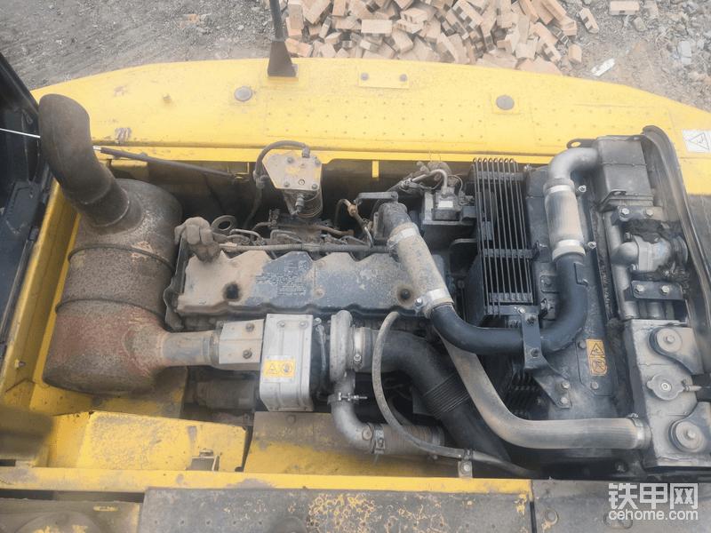 采用的小松和康明斯合作研发的6d107小松发动机