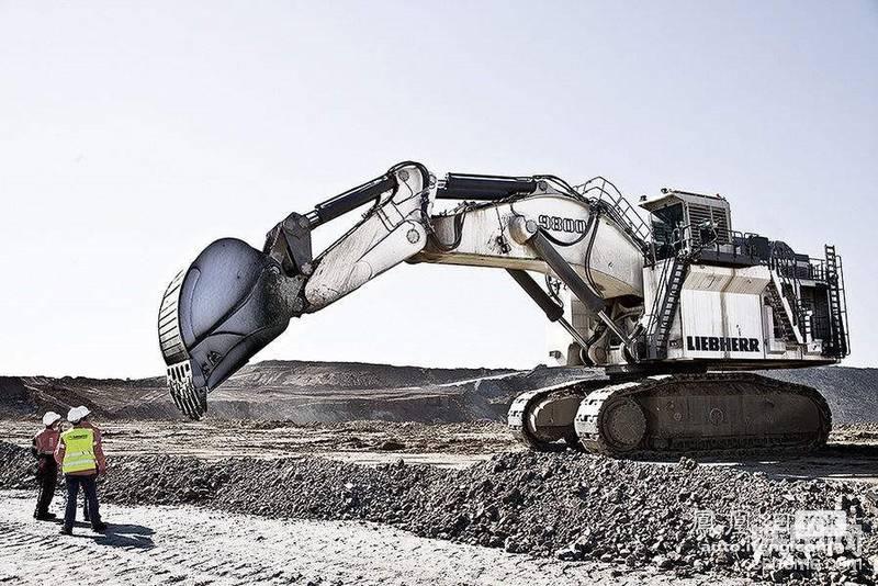 7、利勃海尔:擅长中大型挖掘机,力量大,质量好,价格高。    利勃海尔家族企业由汉斯利勃海尔在1949年建立,多年以来,家族企业已经发展成为公司集团,拥有大约 38000 名员工,在各大洲建立起 100 余家公司。于1978 年在北京设立了第一个办事处。利勃海尔不仅是世界建筑机械的领先制造商之一,它还是其他许多领域的技术创新用户导向产品与服务的客户认可供应商。其在中国所销售的产品几乎涵盖了所有产业,包括工程机械和矿用设备、海上起重机、航空和运输系统、零部件、齿轮加工技术及自动化和家用电器等。