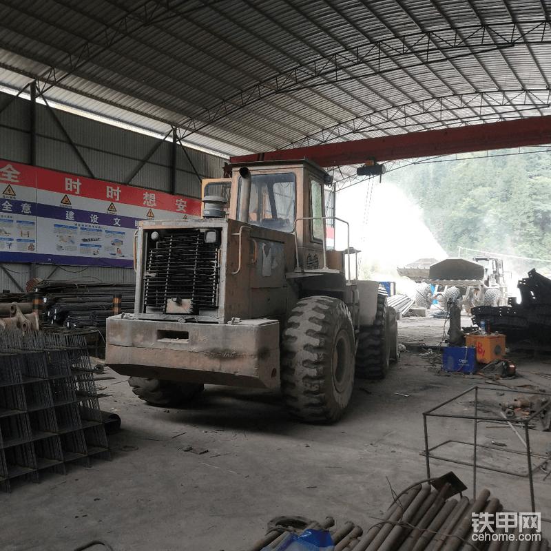 """外面的修车区都被出渣车""""占领""""了,所以只好把车开进加工棚里维修,只是光线太差,拆连接的过程有点点不方便。"""