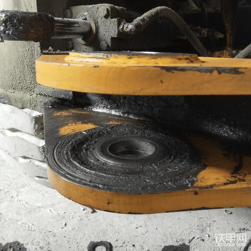 虽然前车架被碎铁渣磨损了一个凹槽,但个人觉得这个不影响,所以前车架就不换孔座了(没备配件,也麻烦,)