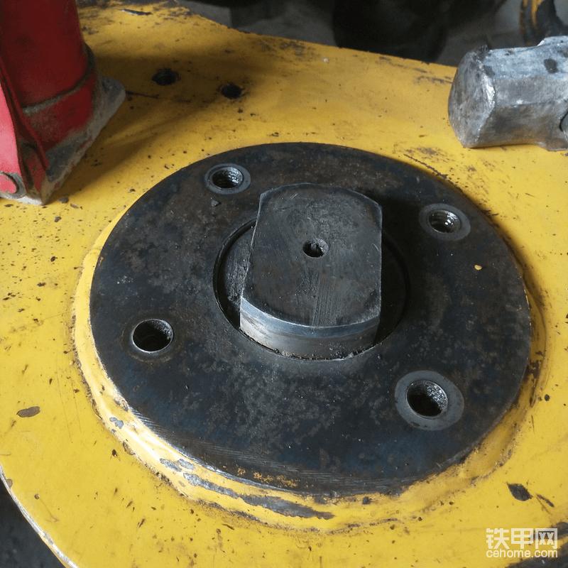 因为车架的磨损,导致仅仅装隔套,销还是偏低了,这样装上去,还是会上下浮动。
