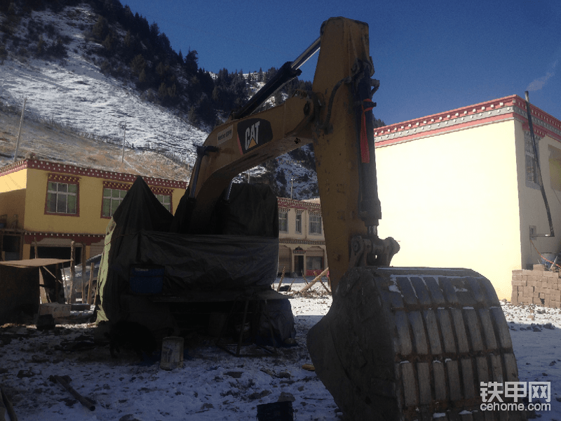拉到西藏已经进入冻土,没活干,就包好准备过年,期间挖机一直加的0号柴油。电瓶也不存电,最后换了2个165的电瓶。然后换了2根机油管。就准备过年