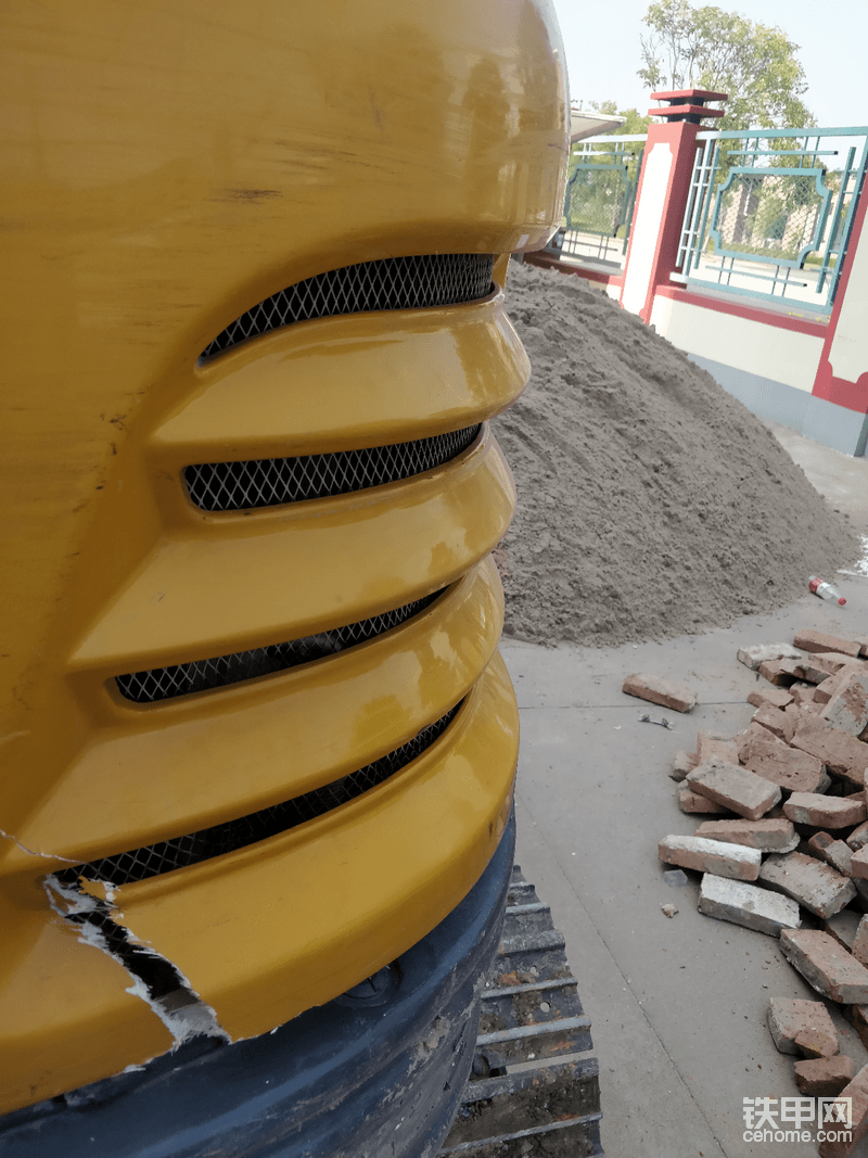 手贱把引擎盖升起来干活,结果忘了,碰到柱子上了