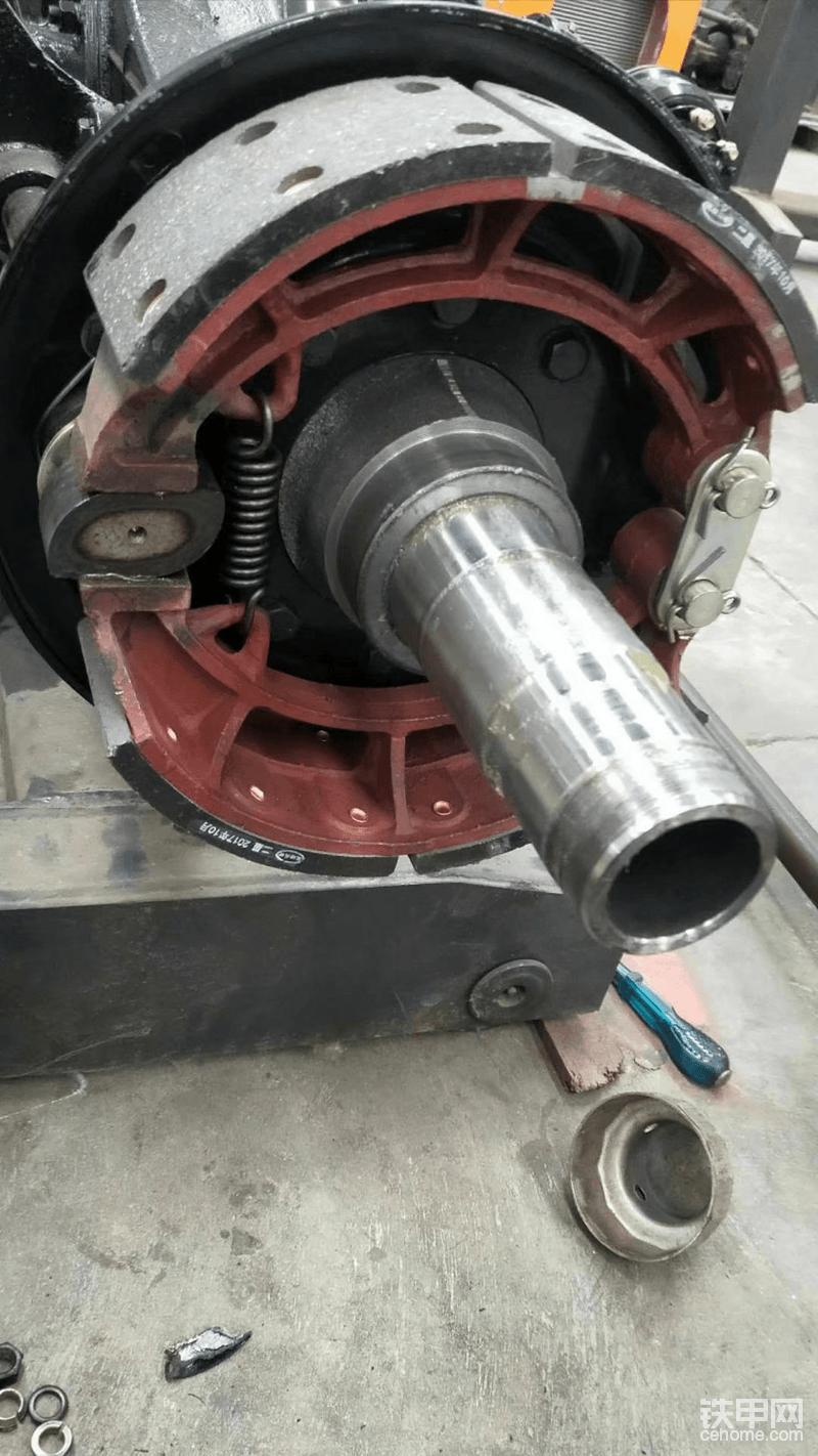 雷道的轮毂,半轴套管,我要求是车用标准,轮芯好拔出来,方便以后的保养工作,想不到的是套管也用的车用,,汽配城随便都可以找到,方便用户好买配件,