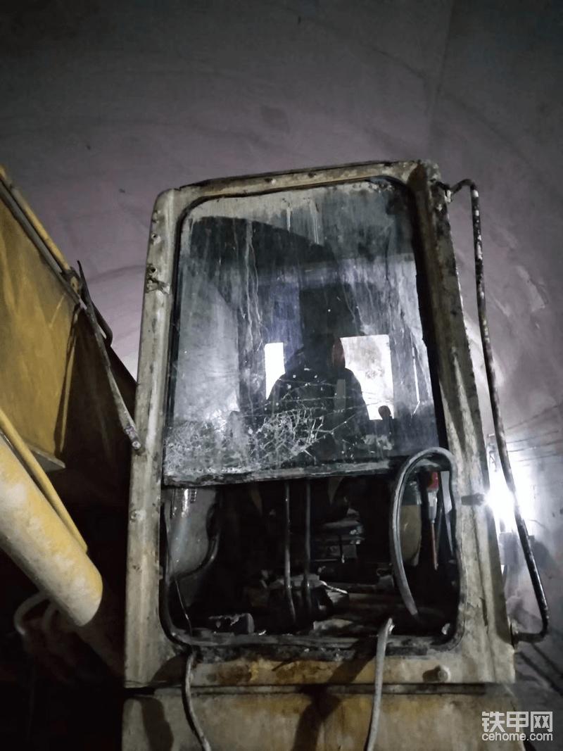 看一看事故之后的挖掘机,玻璃就成这样了。