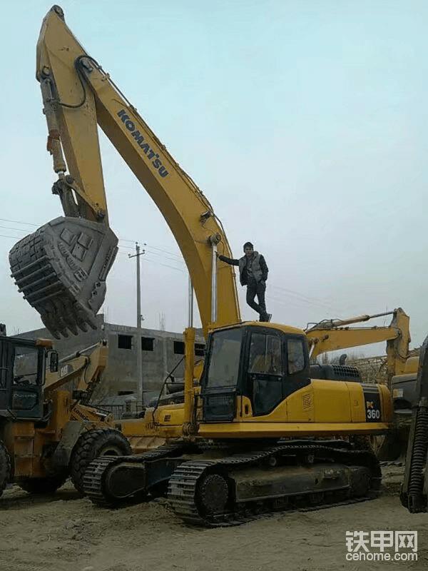 从2012年下学到一2017年回到老家湖北,为自己的梦想买单!那就是买一台二手极品挖掘机,因为没有太多钱,只有自己开,自己努力,2017年回到老家就开始寻找我的梦想合作伙伴,挖掘机