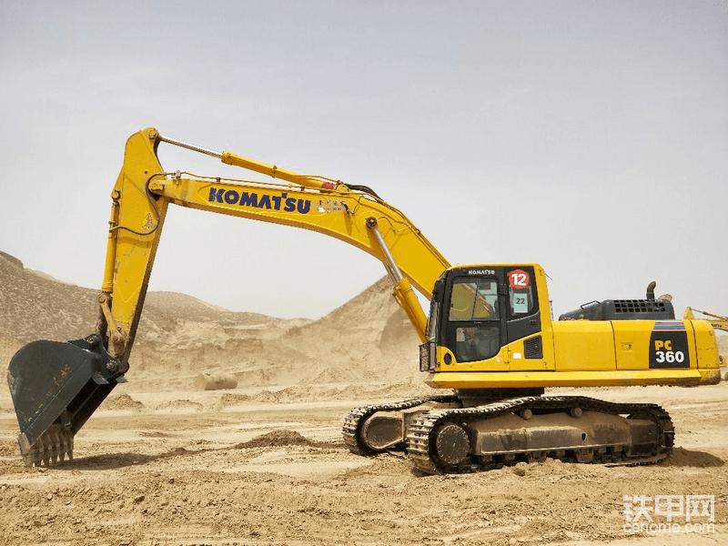 2018年在西安买的二手车,2016年出厂工作实表5000小时,买之前是贵州中城汇的机械12号挖机,买回来以后直接带2.6的土方斗甘肃兰州这边大白土上图
