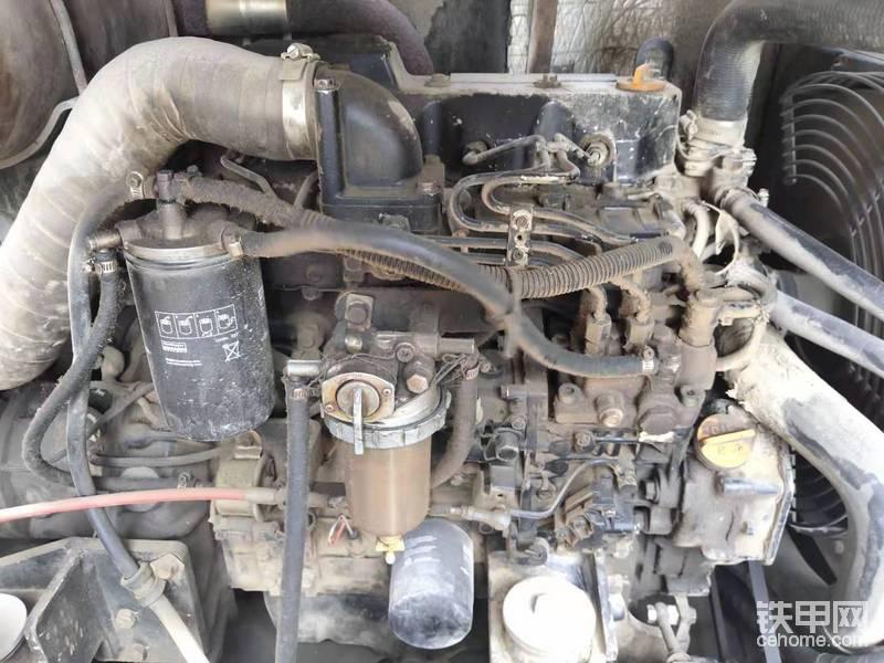 这款发动机用的是洋马4TNV94发动机,这款发动机在小挖里面应该算标配吧!大多数都是这一款发动机,这款发动机的优点是省油,一般也不会有什么渗漏,这上面的油渍都是保养机子搞上去的。但是他的缺点和优点一样突出,不缺水不缺机油用着不会有什么问题,但是一缺水高温那就容易冲缸垫了,还有就是这个柴油泵头,不能校,坏了只能换总成,但是天天加中石油加油站的油,目前来讲还是挺耐用的。发动机500小时保养一次,机油,机滤,柴滤,空滤,全部换掉,这玩意不值钱,平时花点钱保养,用的时候才会不出故障