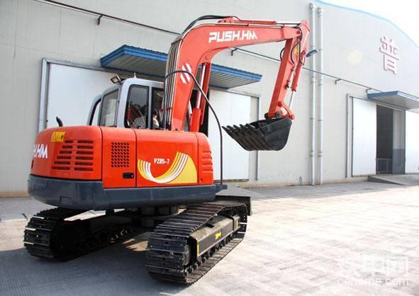 没开过普什重机挖掘机,你总听说过五粮液吧!!四川省宜宾普什重机有限公司在2007年9月21日正式成立,它是五粮液普什集团的合资公司,所以也有不少甲友称他为五粮液挖掘机。