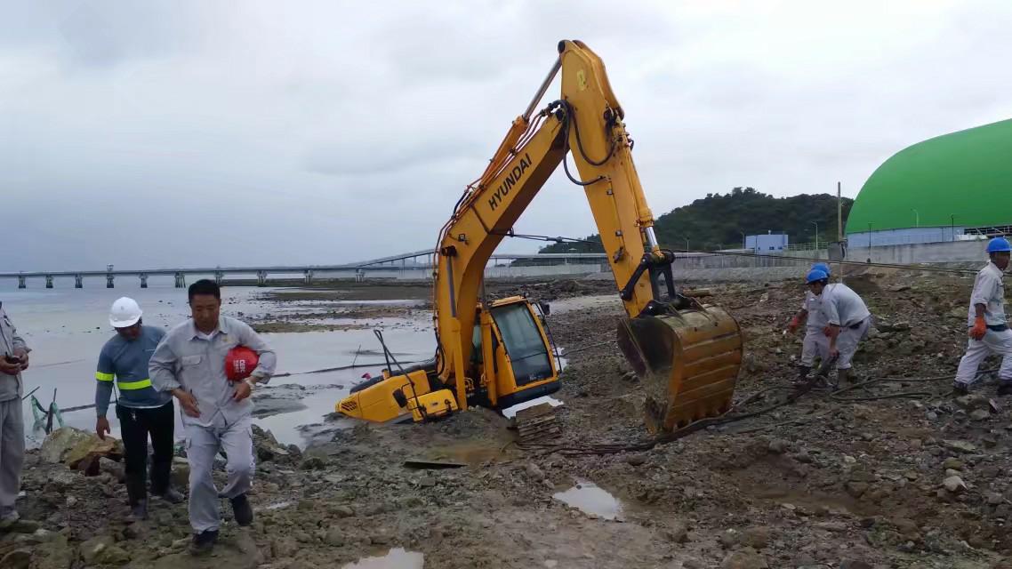 台风呼呼的刮,挖掘机变成水淹机了