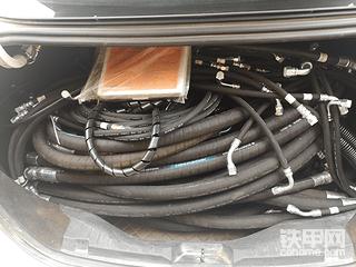 天气热,日立挖机漏油,换了全车油管。