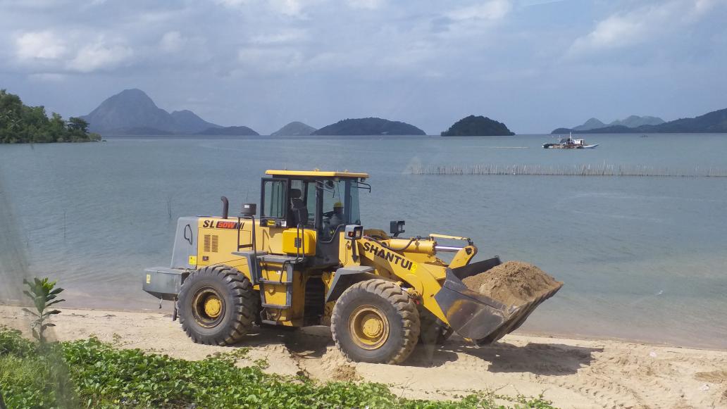 菲律宾海边沙子随便铲