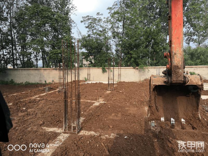 """基础梁上都有预留的钢筋笼结构,挖机在中间作业是尽量找最好最宽的条件来作业,避免碰到钢筋,挖机的站位尽量不要直接站在基础梁上,如果无法避免上面一定要把土垫厚一点。这样不会损坏混凝土,然后找平时根据要求预留十公分左右的高度,就是比基础梁要高出一点(根据施工要求)基础梁上的土后期有工人清理所以挖机不必清理的太干净,不过为了显示自己的操作技术可以搞干净一点!具体怎么干根据自己操作精度,<img class=""""smiley"""" src=""""/img/smiley/new/tiejia3.gif"""">"""