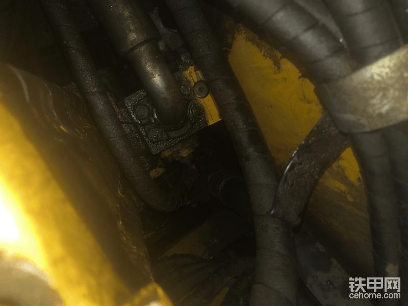 在高压管的右侧就是自减压力阀,和其他车的先导泵原理是一样的。
