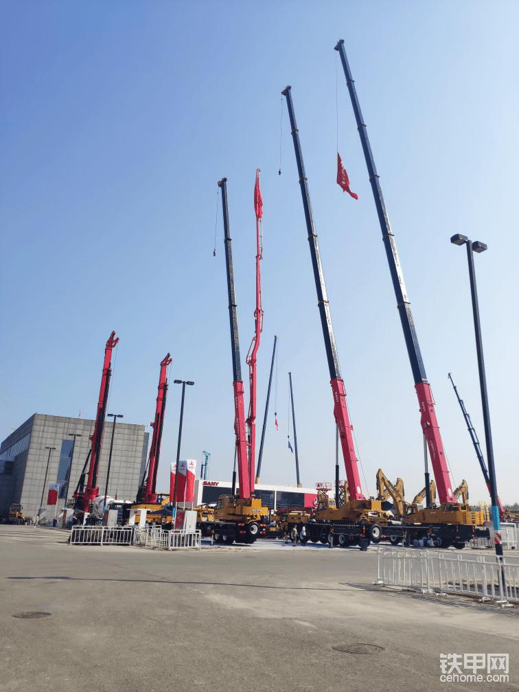从室内展厅一出来,就是场外的大型机械的展览了,各种吊车高高的屹立在展区里,真壮观!