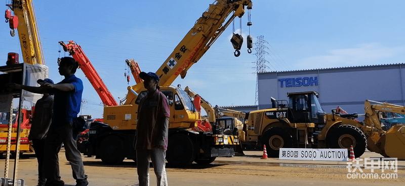 日本的二手机拍卖相对比较成熟,现场拍卖的工程机械种类丰富,挖掘机、装载机、推土机、起重机、叉车等等都相当齐全。
