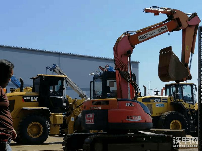 现场拍卖的日立EX75UR,这是一台三节臂的挖掘机,这种无尾的挖掘机在日本还是比较常见的。