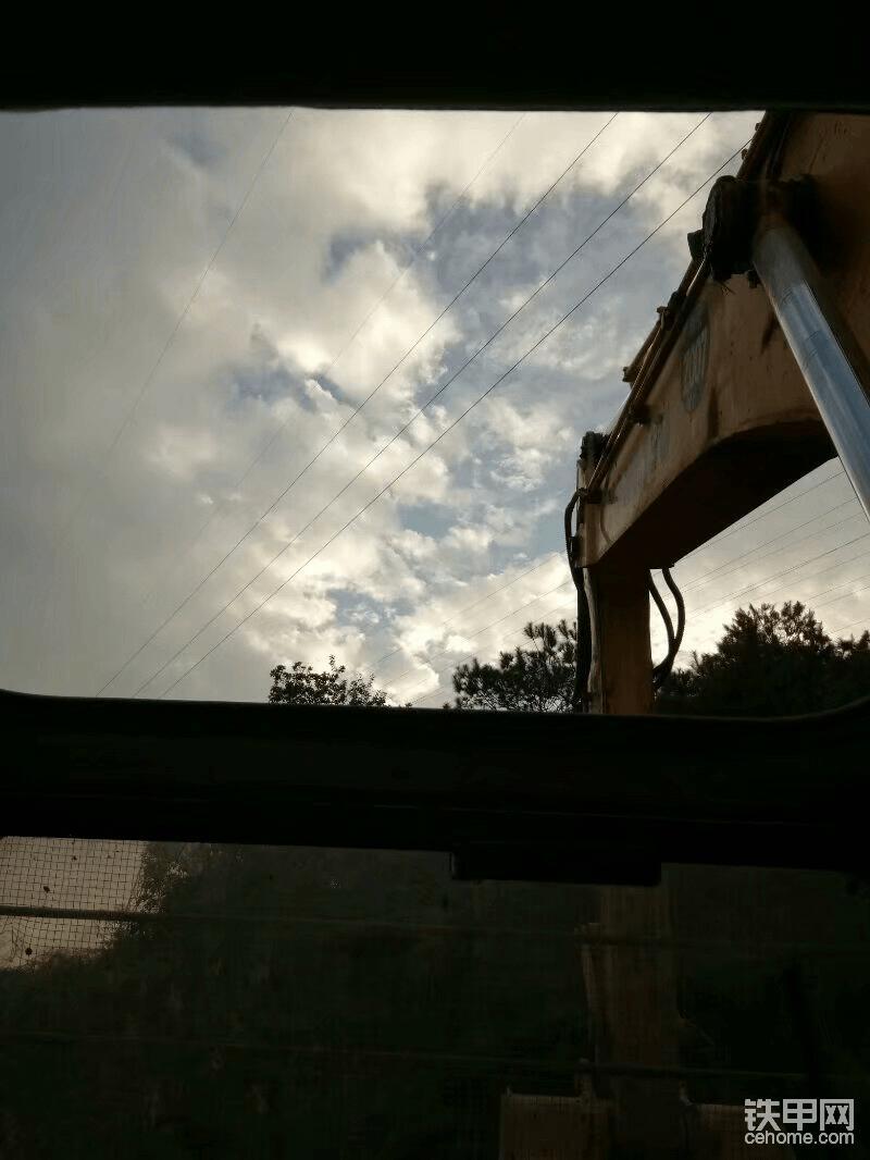 自己拍的从挖机里看到的天空,多么美好的时光