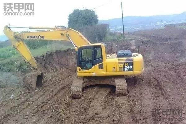 挖机突然没了行走,挖机变成植物机...