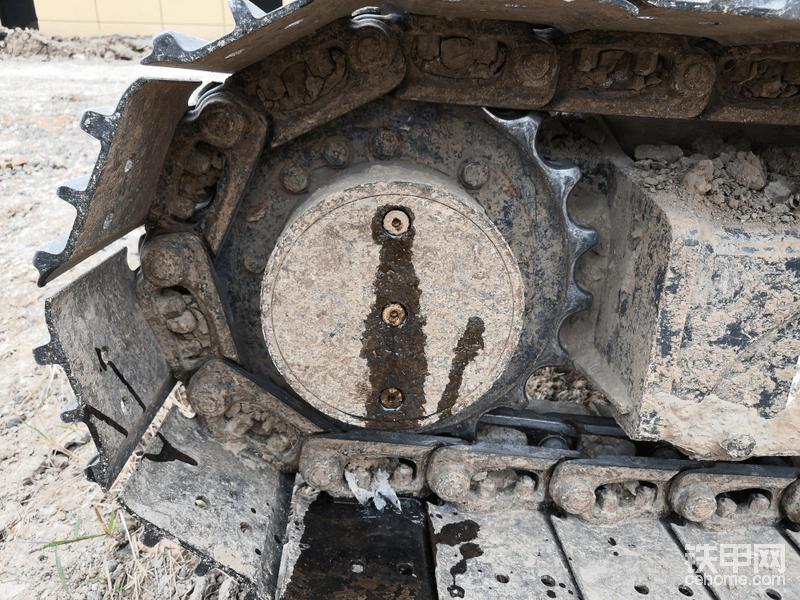 首当其冲,我先拿行走开刀,调整好位置,上面是注油孔,中间是观察孔,下面是放油孔,三孔垂直,拆的时候如果很难拆就边用锤子敲打边拧这样不会把内六角拧花,放油的时候观察下齿轮油的清洁度,如果油里面明显有很多金属屑说明行星齿轮组摩擦严重。就要多注意了,放完油然后把放油孔封好,从上面的注油孔开始倒齿轮油,用什么工具自己临场发挥吧,等中间的观察孔溢出齿轮油封紧所有螺丝保养完成!