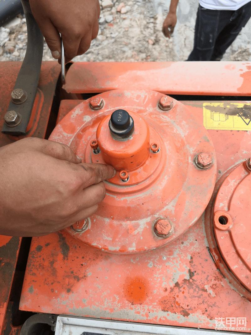 黑色的帽子是排气阀,按下去即可,会听到噗嗤声。。。然后排气完成!这四颗内六角螺丝是固定排气阀总成的,另外由于吸油滤芯下端是金属滤网,固定滤网的是一根细长的金属螺丝杆,在装油箱盖的时候需要把螺丝杆对在盖子的固定孔内,所以为了确保对的准只好把排气阀拿掉,可以清楚的看到已经对齐!看下图!