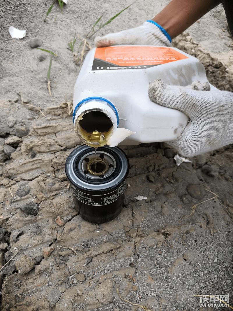 机油放的差不多就可以装机油滤芯了!首先在机1油滤芯里面倒上机油,要慢慢的倒,等到完全充满滤芯就可以安装了,安装相对简单,就不多说了,这里需要注意有的机油滤芯是倒置的不用提前灌油,这种是需要灌油的,另外要在密封圈上涂上一层油!