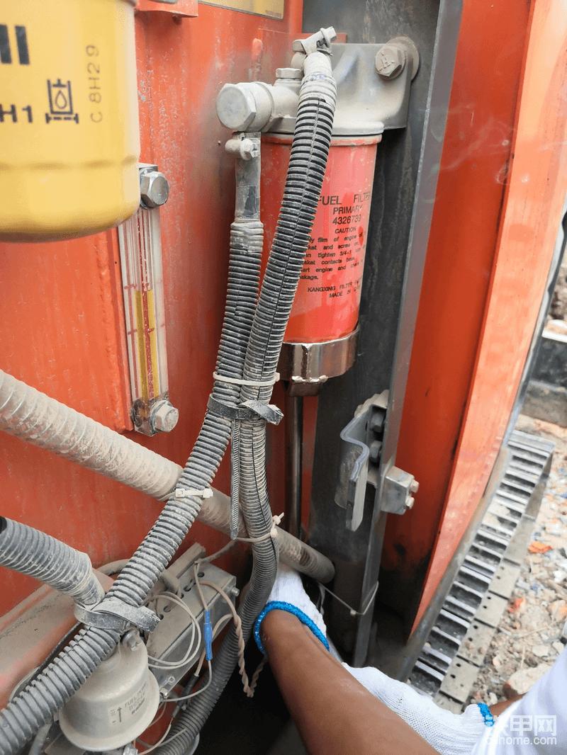 柴油副滤芯,这个拆装也很方便,有条件就把里面事先灌满柴油,没有条件不灌也可以,不过需要用油泵打一会,还是灌满比较好!