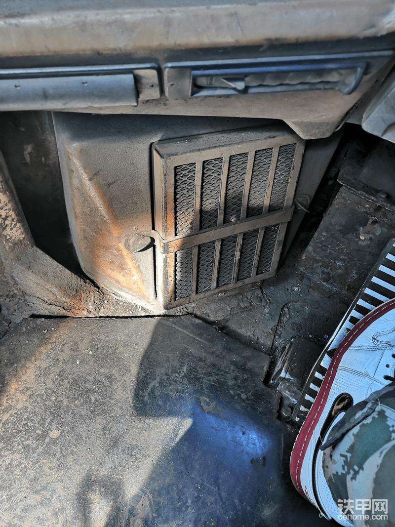这个是驾驶室空气滤芯(暖风也有滤芯)