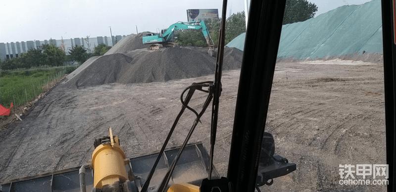 挖机在上面盘,堆的更高