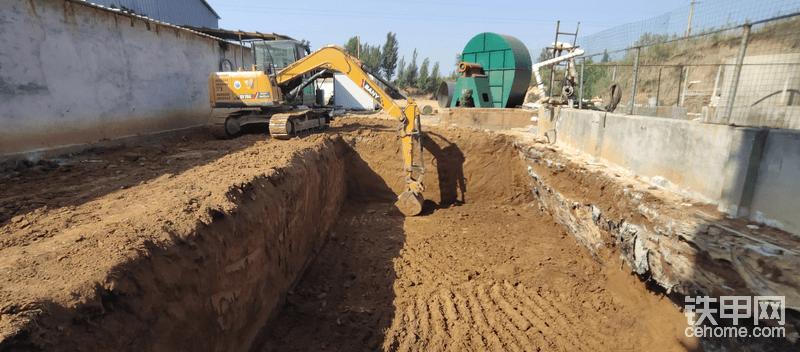 在砖厂挖了一个废气脱硫-处理池。现在这台三一75装配一个0.38左右的土方斗,在装车举升大臂时速度依旧是很快。