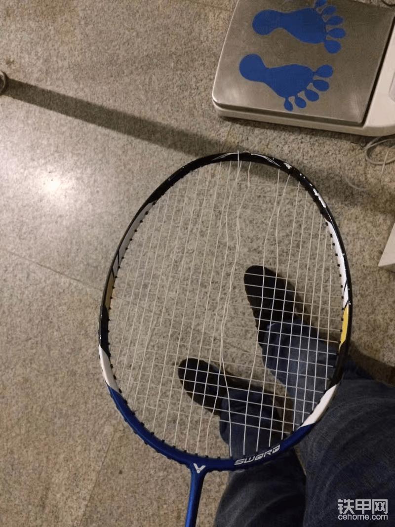 今晚的羽毛球又让我拍断了线,打球2年的我,没有任何职业病。