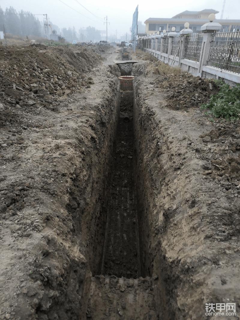 这是放线挖沟的基本方法,这个沟槽2.8米深雨水管道沟,是越来越深的最后挖到三米左右,已经到了快到日立60的极限!旁边几乎没有放坡,土是前期压路机和推土机一层一层压实的,所以没有塌方也就没做坡,不过我还是相当担心!有些地方泡土稍微带掉一点。