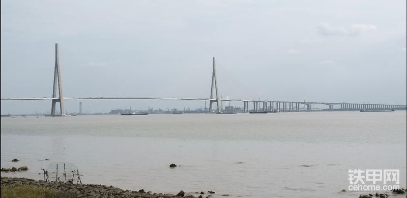 江上的大桥,离江边近所以常来逛